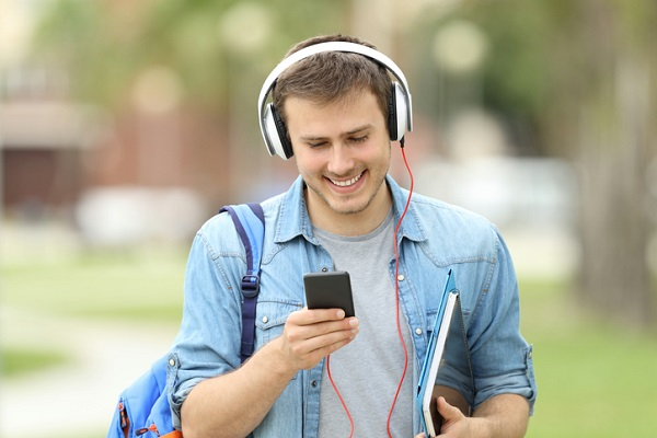 Music can energize students when learning English